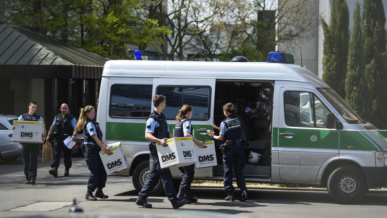 Policisté tento týden provedli několik razií v souvislosti s emisním skandálem koncernu Volkswagen. Na snímku vynášejí krabice po razii ve Stuttgartu.