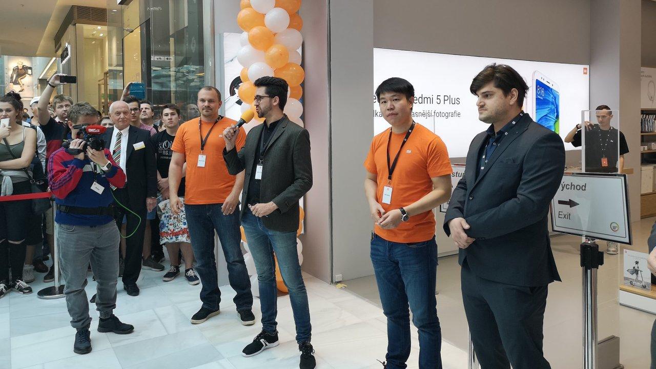 Xiaomi má v Praze první oficiální obchod. V obchodním centru Černý most měl světovou premiéru telefon Redmi 2S.