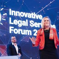 Švýcarská expertka Petra Arends-Paltzerová na konferenci hovořila o digitálním marketingu. V pozadí moderátor akce, šéfredaktor měsíčníku Právní rádce Jaroslav Kramer.