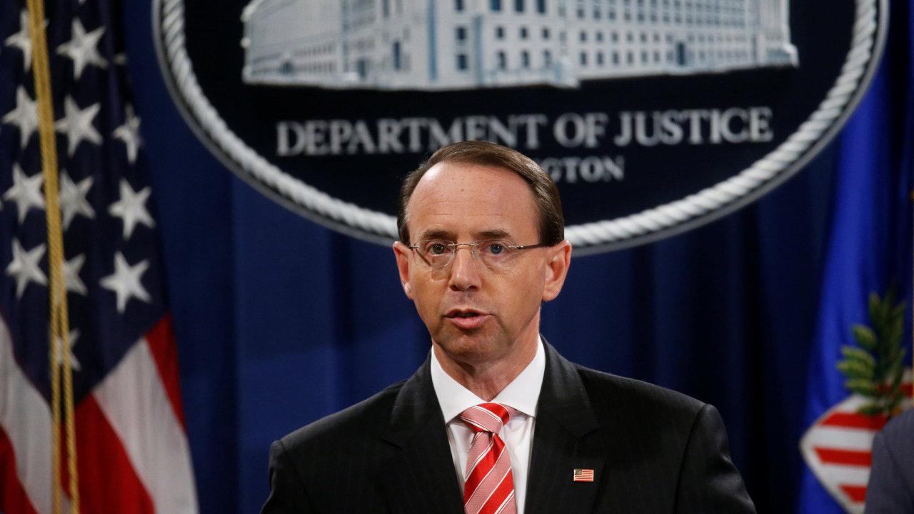 Zástupce generálního prokurátora Spojených států Rod Rosenstein oznamuje obvinění 12 ruských agentů v kauze ruského vměšováni do voleb v USA.
