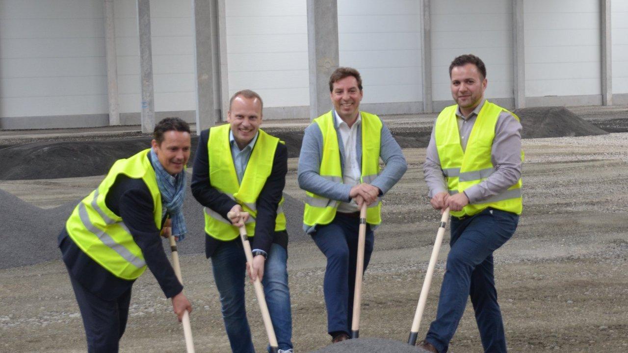 Stavbu logistického centra v Chomutově zahájil symbolický výkop vedoucích pracovníků firem zúčastněných na projektu.