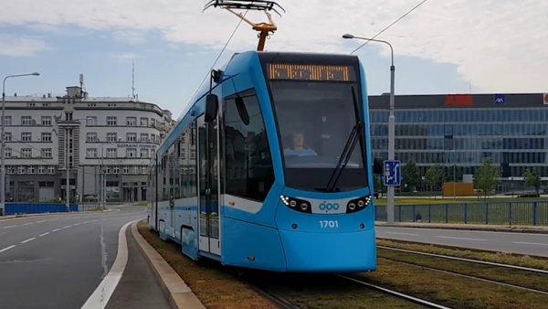Ostrava má nové tramvaje ze Švýcarska, kterými se jinde nesvezete. Mají klimatizaci i USB konektory u sedadel