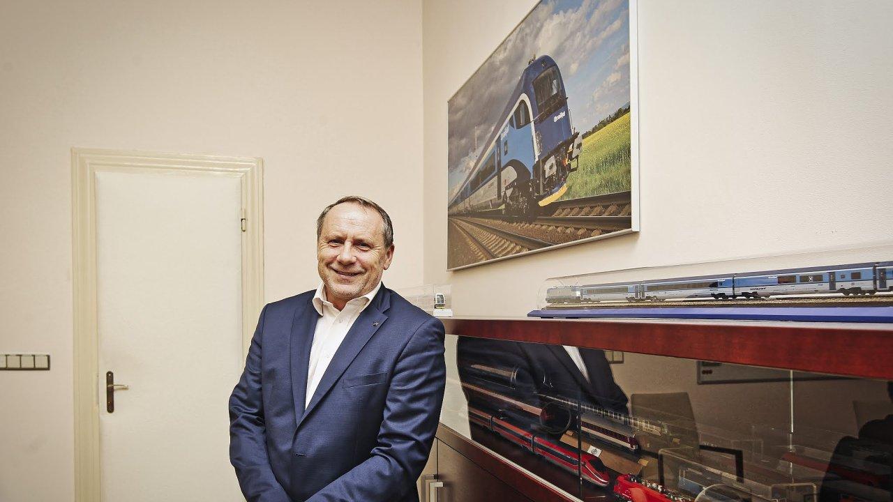 Podle ředitele Českých drah Miroslava Kupce by železniční dopravce mohl získat peníze potřebné na nové vlaky prodejem dceřiných společností, jako je například ČD Cargo, státu.