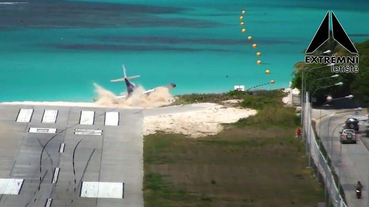 Tady to letadla často neubrzdí. Přistání na tomto ostrově se děsí i řidiči aut