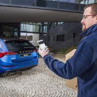 Škoda ve spolupráci s Alzou a Rohlíkem vyvíjí službu doručování zásilek do vozu.
