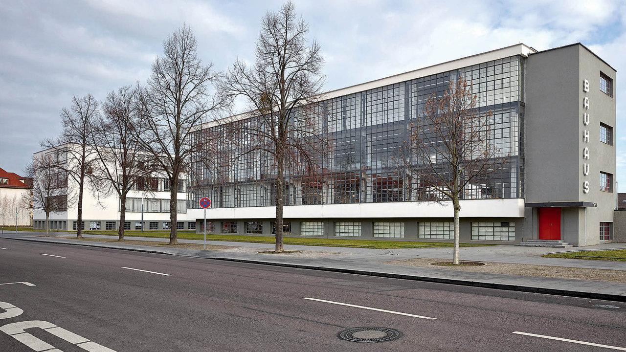 Škola navržená pro Bauhaus v německé Desavě jejím ředitelem Walterem Gropiem se stala kultovním místem moderní architektury a designu.