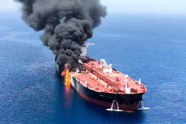 Plameny vHormuzském průlivu. Hořící tanker Front Altair poútoku neznámých pachatelů večtvrtek 13. června poblíž ománských břehů. USA obviňují zesabotáže Írán, ten to odmítá.
