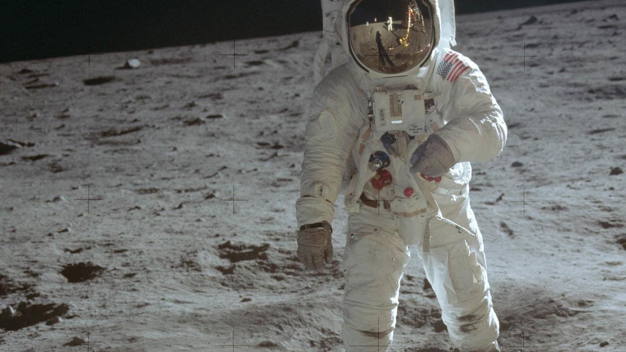 """Edwin """"Buzz"""" Aldrin na povrchu Měsíce."""