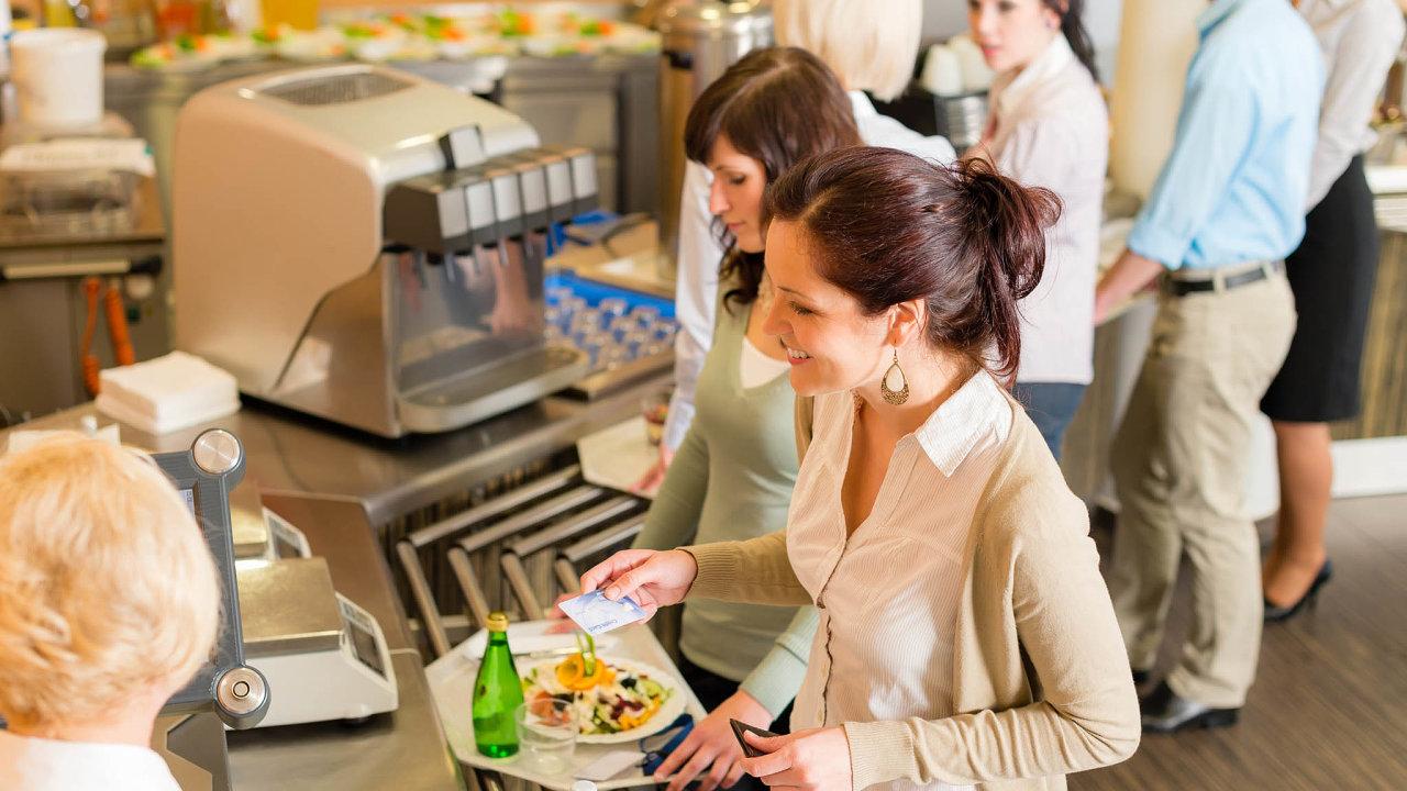Ministerstvo financí připravuje novelu zákona o daních z příjmů, která zavede stravenkový paušál. Zaměstnanec by dostával peníze na stravu přímo.