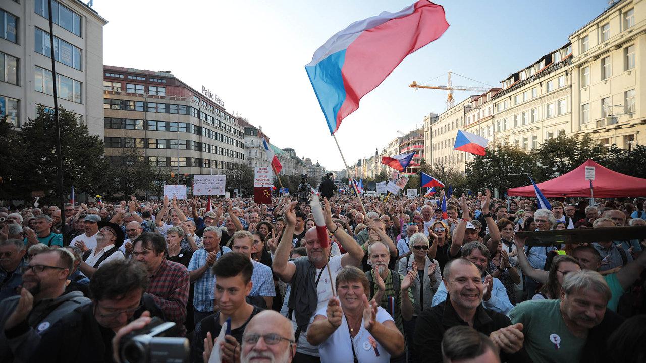 Dolní část Václavského náměstí vPraze byla včera zasvěcena 21. srpnu 1968 i1969.