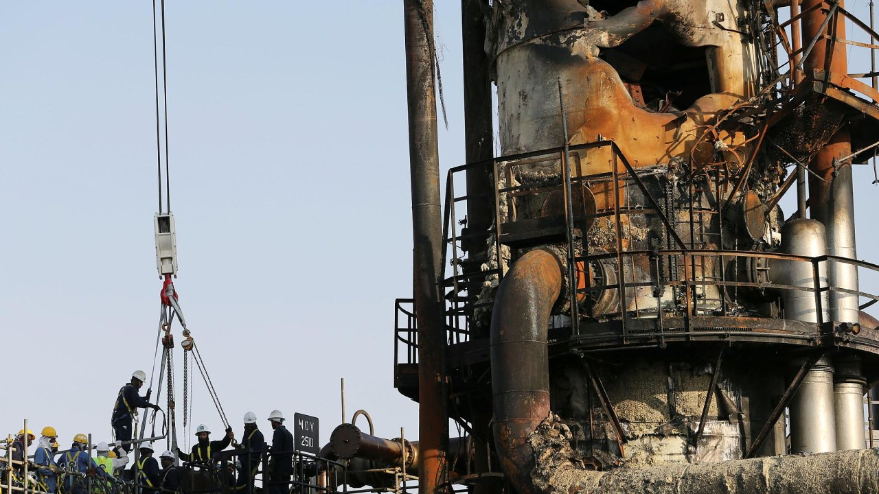 Útok drony vyřadil zprovozu polovinu ropné produkce Saúdské Arábie. Kúderu se hlásí jemenští Húsíové.