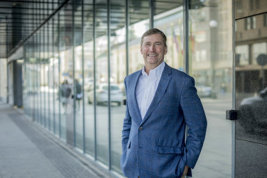 Lidé se nebojí mířit na vedoucí pozice včím dál nižším věku. Podle šéfa nadnárodní headhunterské společnosti Stanton Chase Mickeyho Matthewse se právě díky nim mění firemní prostředí.