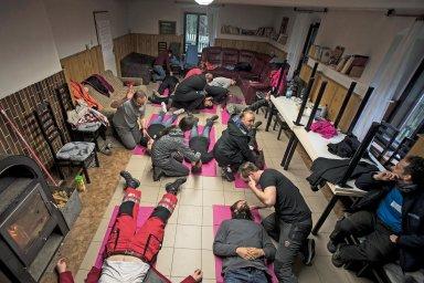 Hromadná ztráta vědomí. Naštěstí je záchranářů dost, a tak má každý pacient toho svého.