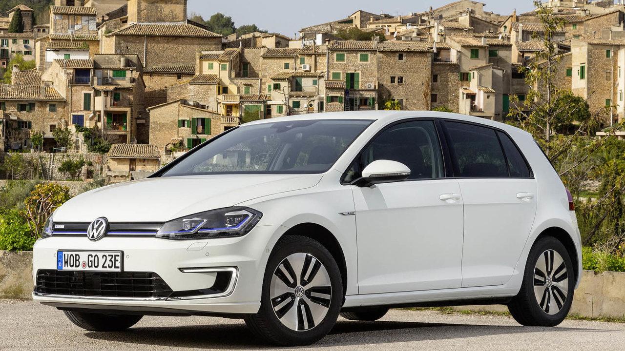 Volkswagen tvrdí, že jeho Golf naelektropohon vytváří zhruba stejnou uhlíkovou stopu jako stejný model nanaftu, ale sdalším vývojem energetiky atechnologií se vše převáží vjeho prospěch.