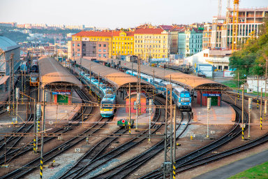 Počet vlaků, které denně projedou klíčovým úsekem páteřní východo-západní trasy mezi Prahou a Kolínem, za posledních 10 let podle Správy železnic dramaticky narostl v pracovní dny z 320 na 465 vlaků.