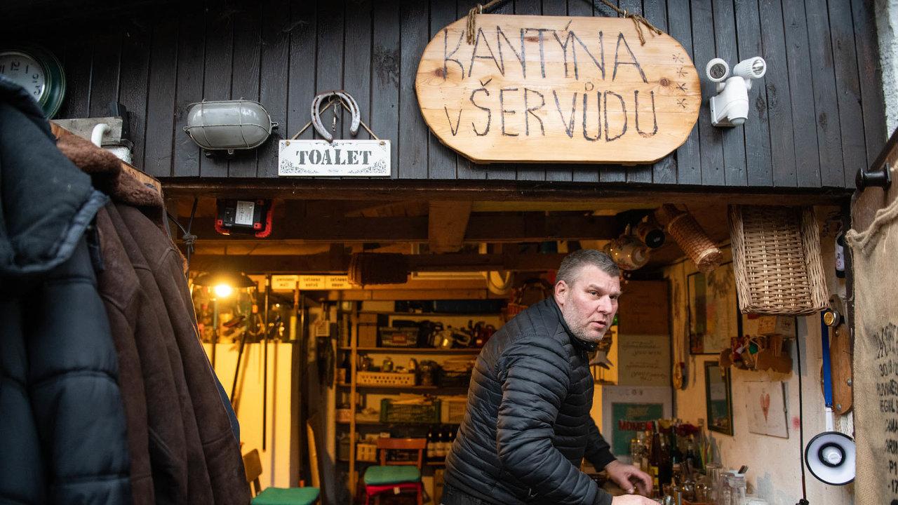 Slavnosti sněženek: Radek Kalhous se v chatové osadě veŠkrovádu naChrudimsku stará obar.