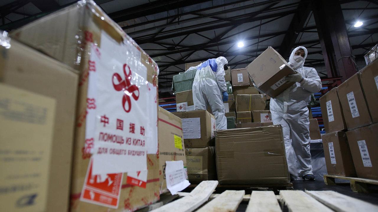 Tuny zdravotnického materiálu putují z Číny do celého světa. Země nejdříve vtichosti přijímala pomoc zezahraničí a potom zté své prodávané dosvěta učinila nástroj vlastní propagandy.