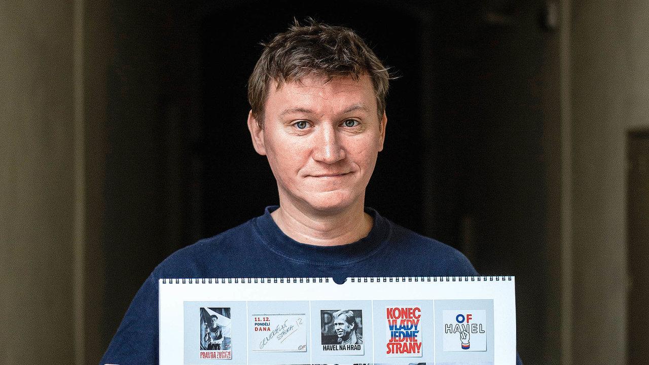 Michal Gregorini skalendářem navěčné časy, který připomíná změnu režimu vlistopadu 1989. Má netradičně 14 měsíců aneplatí jen proletošní rok.