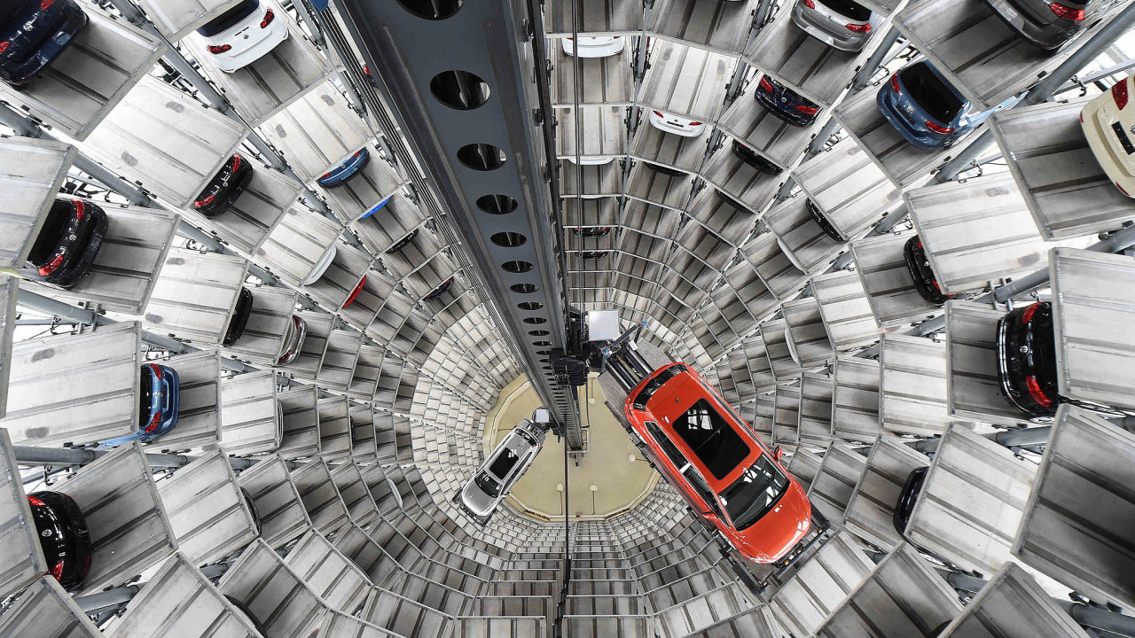 Automobilový koncern Volkswagen chce popondělním rozsudku vesvůj neprospěch ukončit spory se zákazníky. Ti se cítí podvedeni dieselovými vozy se softwarem umožňujícím manipulovat semisními testy.