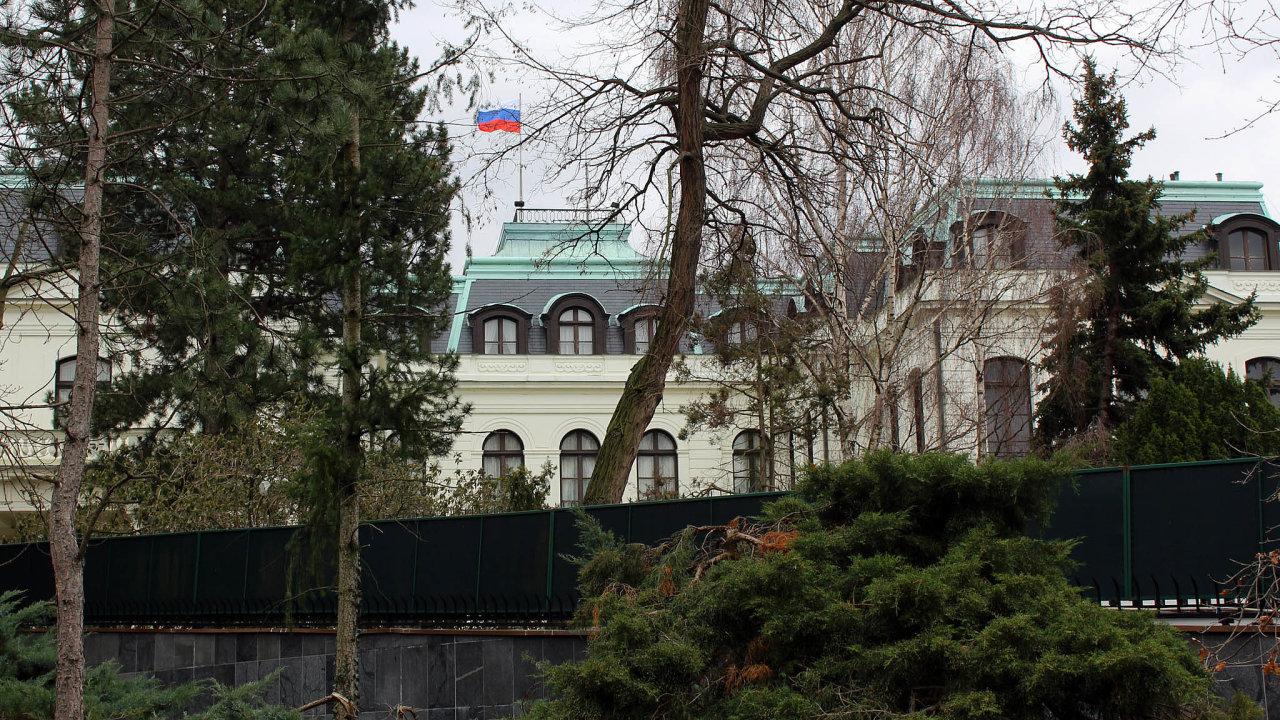 Ruské velvyslanectví musí opustit desítky diplomatů.