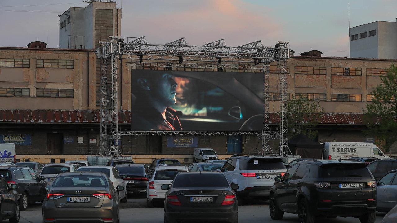 Autokino vprostoru bývalého Nákladového nádraží Žižkov poprvé promítalo 27. dubna.