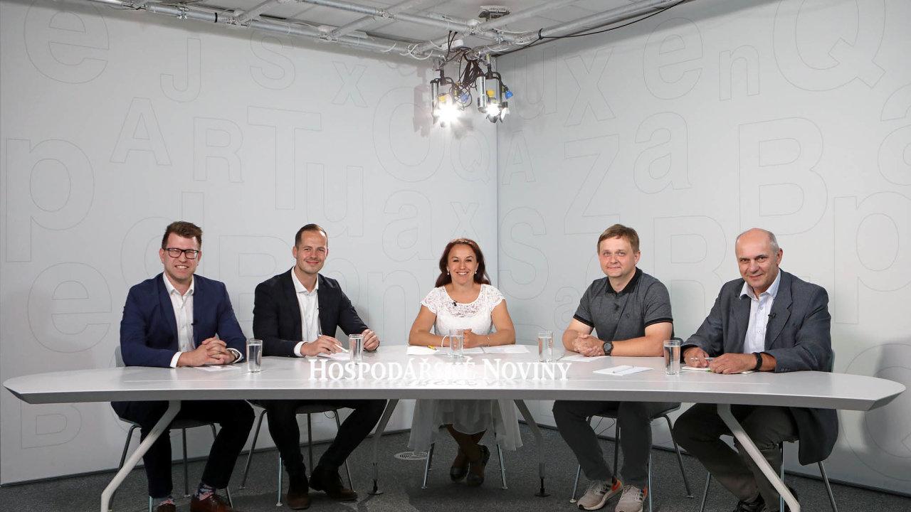 Jak zlepšit odpadové hospodářství vČesku řešili (zleva): Adam Sorokač, Cyril Klepek, Michal Viták aMilan Kazda. Debatu moderovala Zuzana Keményová.