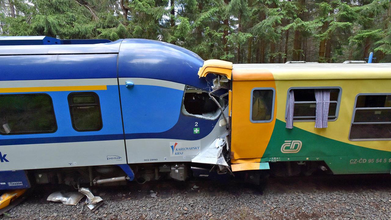 Vposledních dnech došlo naželeznici kněkolika nehodám. Nejvážnější znich se stala minulé úterý naKarlovarsku, kde při srážce vlaků zemřeli dva lidé.