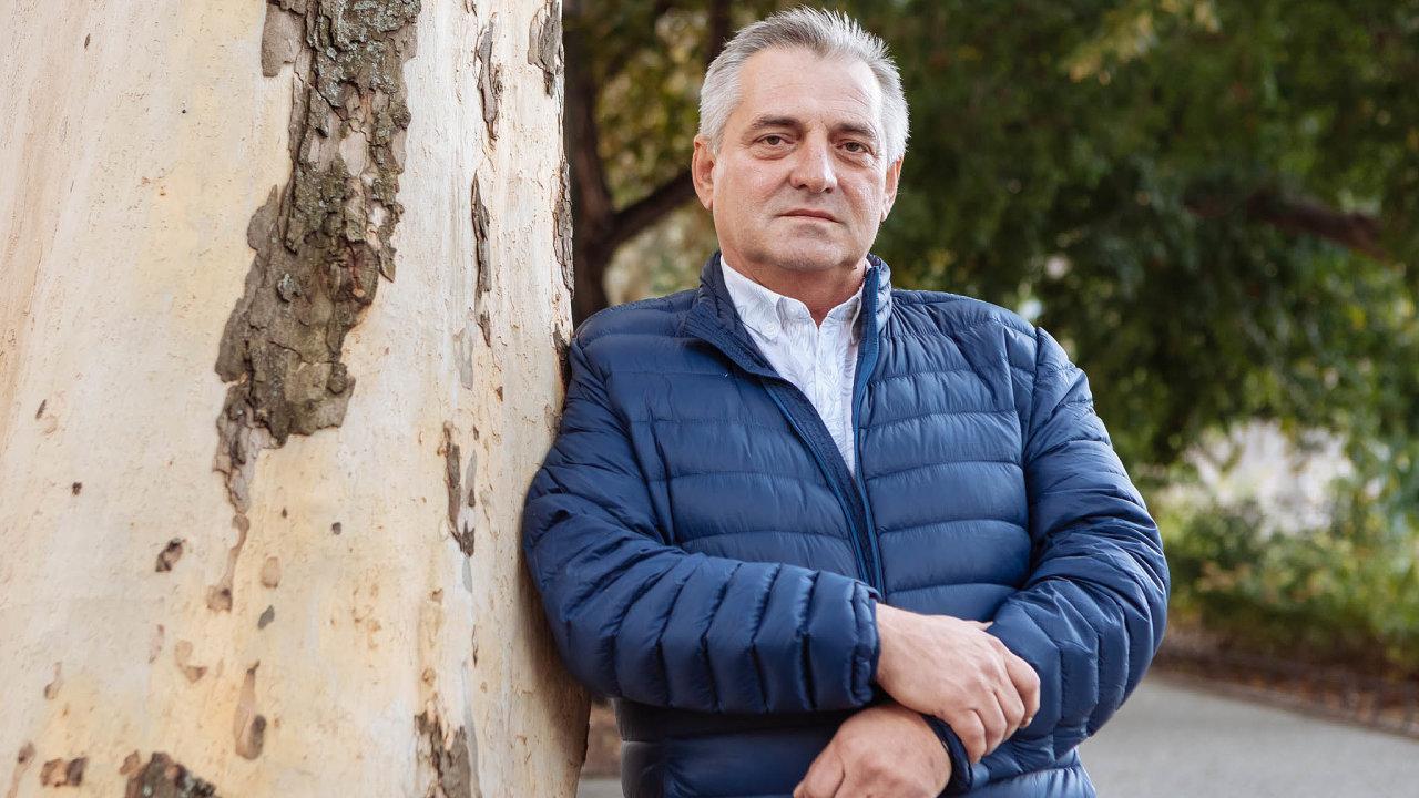 Šéf ÚOHS Petr Rafaj: Antimonopolnímu úřadu předsedá Petr Rafaj odroku 2009. Před dotazy redaktorů ohledně jeho bydlení utekl dobudovy úřadu.