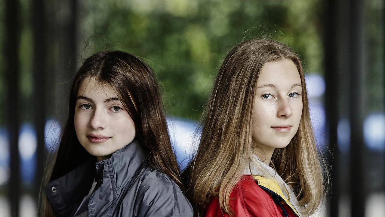 Pojďme si tykat! Kamarádky Anna (vlevo) aEma se shodují vtom, že kdyby si sučiteli mohly tykat, stala by se pro ně škola mnohem přátelštějším prostředím.