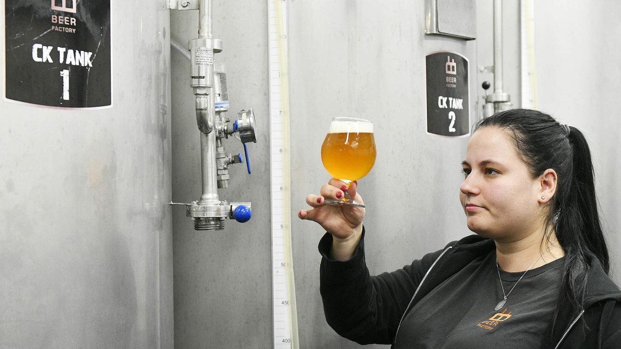 Sládková plzeňského minipivovaru Beer Factory Kateřina Karasová kontroluje čerstvou várku piva.