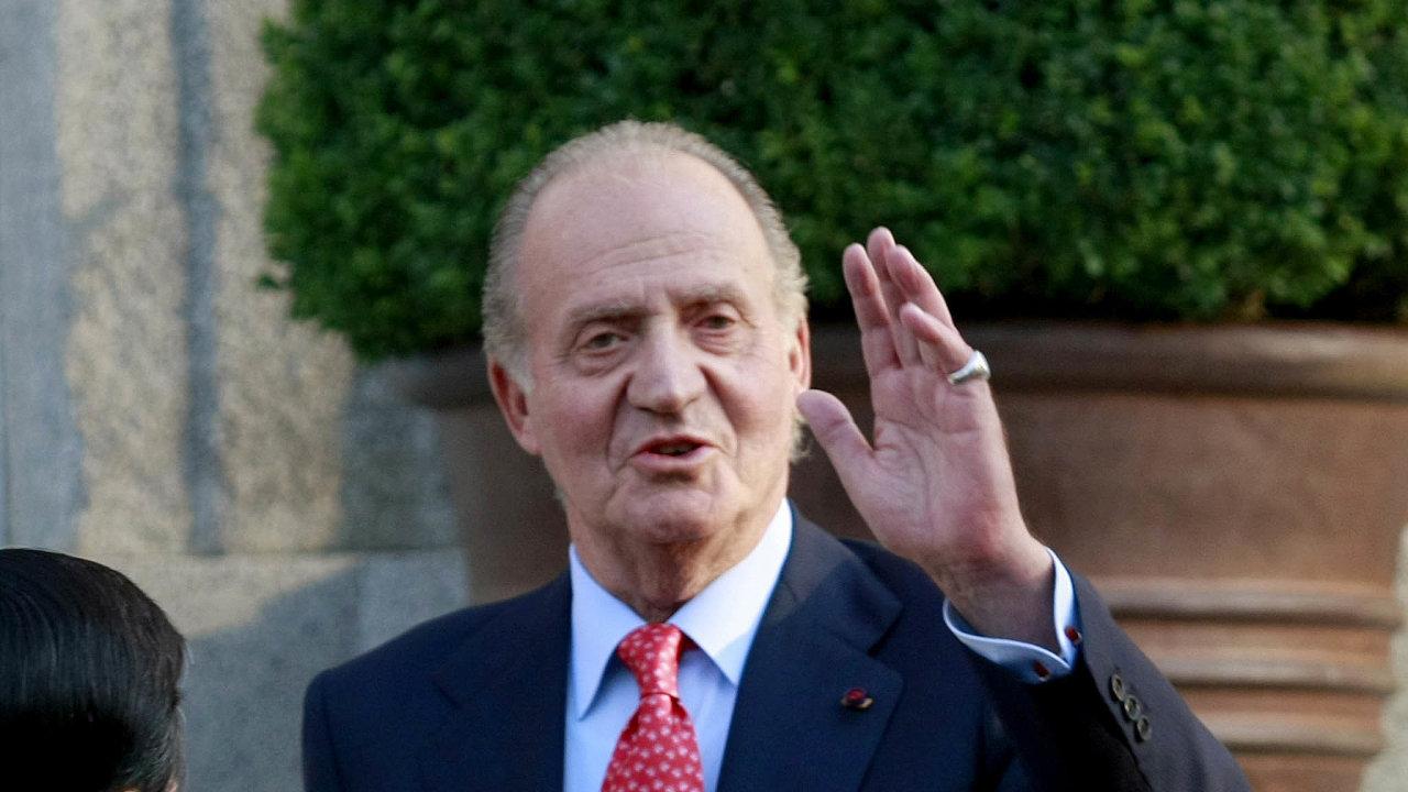 Král Juan Carlosse dříve těšil zpřízně Španělů, vposledních letech se ale kolem něj vrší skandály. Vroce 2014 abdikoval veprospěch svého syna Felipeho.