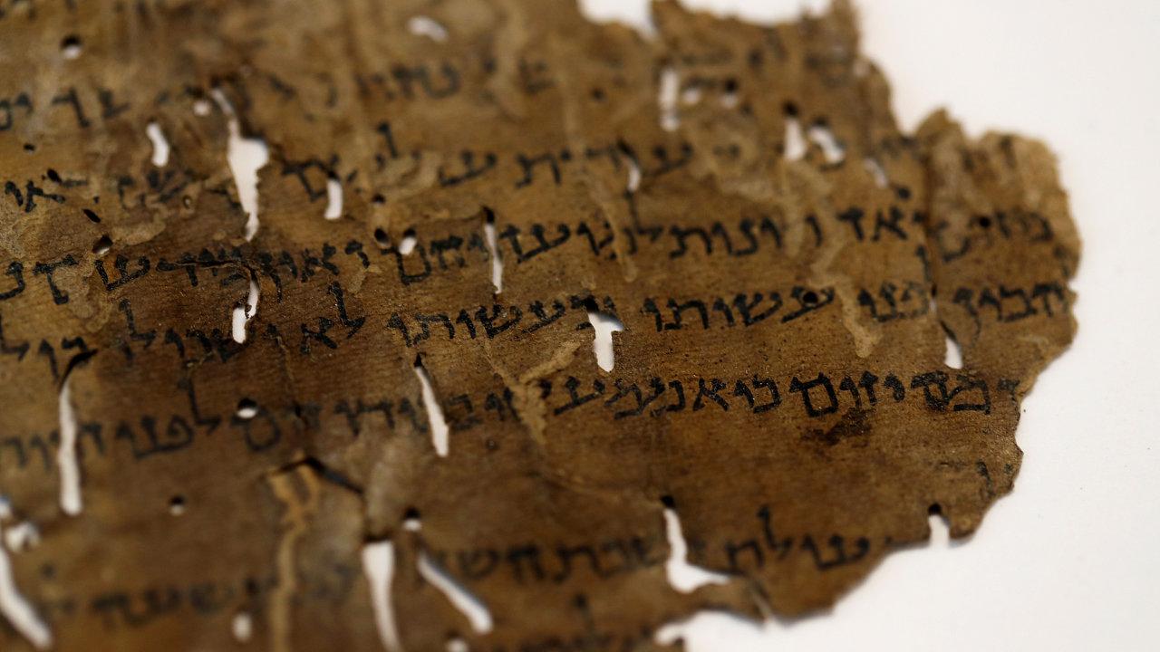 Jedno písmeno, dvojí rukopis. Umělá inteligence se zaměřila napísmeno alef, jež se vtextu vyskytuje více než pěttisíckrát. Aodhalila, že písaři byli dva.