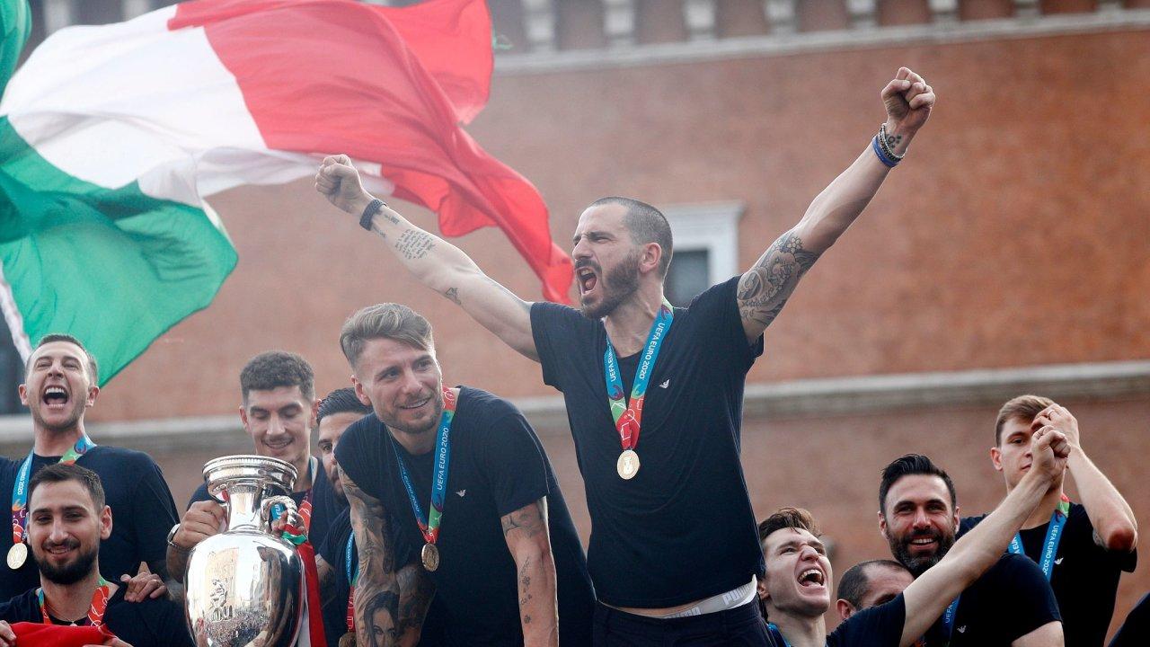 Fotbalový tým Itálie projíždí Římem, kde vrcholí oslavy po vyhraném evropském šampionátu.
