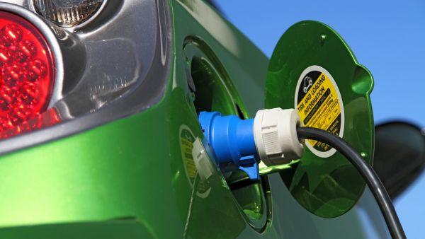 Dob�jen� elektromobilu - ilustra�n� foto