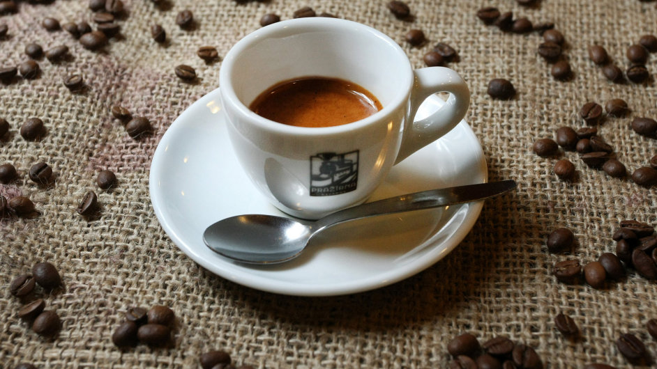 Takto ano. Espresso má mít na povrchu kompaktní cremu oříškové barvy s drobnými černými skvnkami, které vznikají při extrakci olejů.