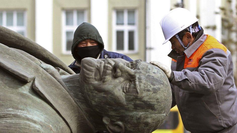 Dělníci odstraňují sochu Lenina v Ulánbátaru.