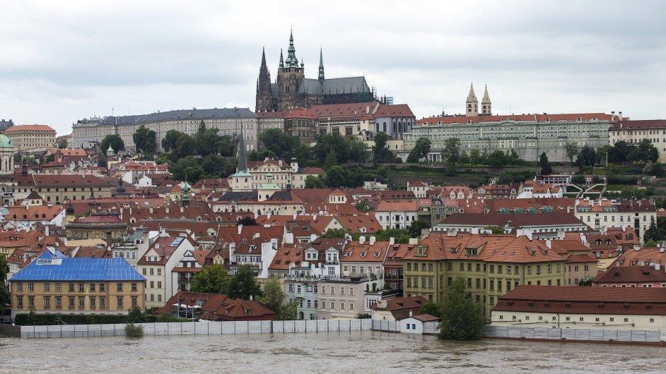 Pohled přes Vltavu na Pražský hrad, Praha, 4. června 2013