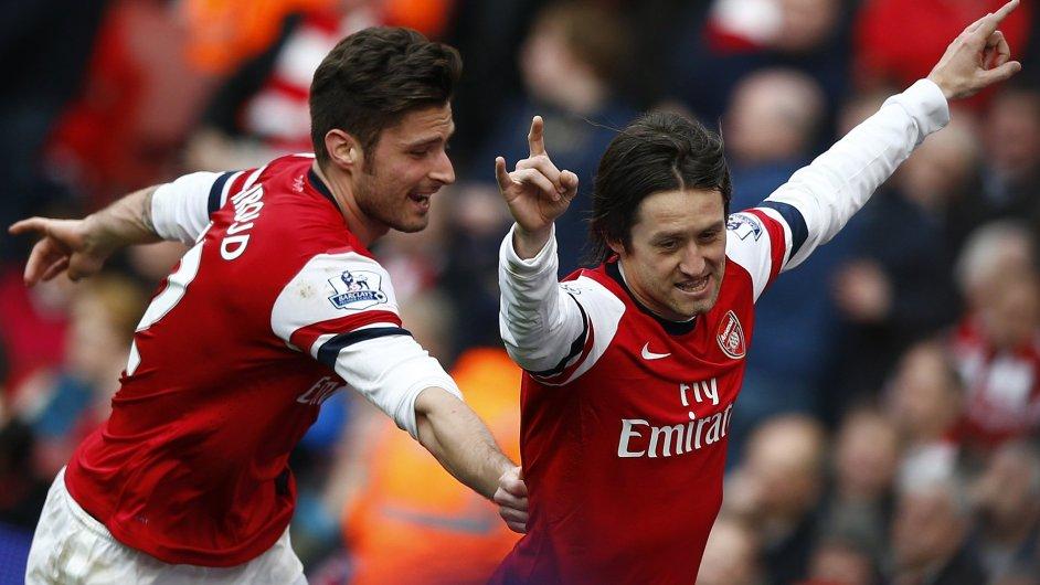 Tomáš Rosický (vpravo) a Olivier Giroud v dresu Arsenalu