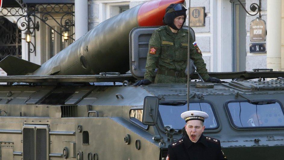 Ruská taktická raketa Toška na přehlídce v Sankt Petěrsburgu
