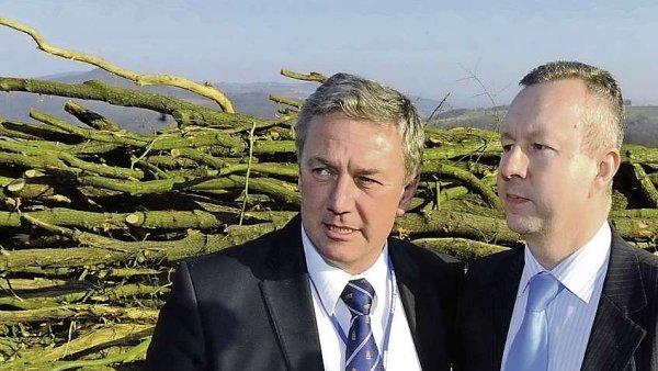 Ministři Antonín Prachař a Richard Brabec na archivním snímku u zasypaného úseku dálnice D8.