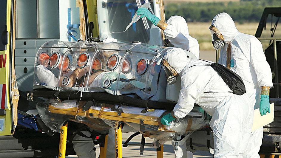 Převoz pacienta nakaženého ebolou, ilustrační foto.
