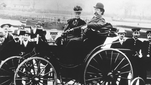 Za vyn�lez auta vd���me �en�. P��b�h podnikatele Karla Benze