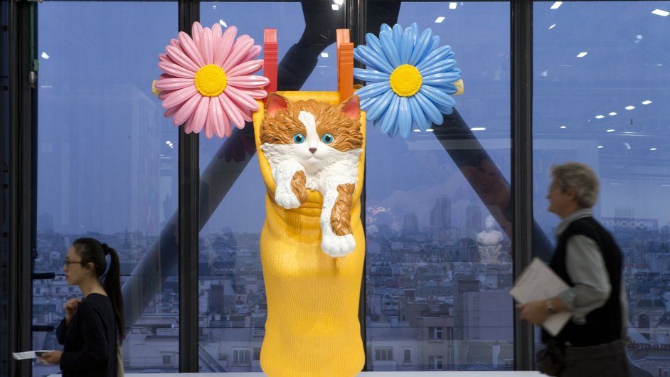 Na výstavě je i Koonsovo dílo nazvané Kočka na prádelní šňůře.