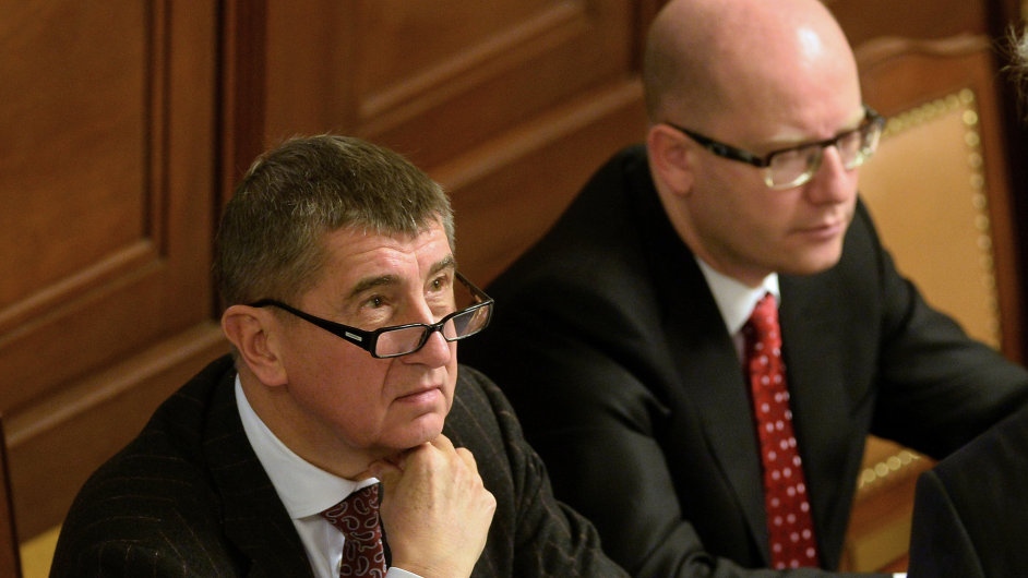Ministr financí Andrej Babiš (vlevo) a premiér Bohuslav Sobotka na prosincové schůzi Poslanecké sněmovny