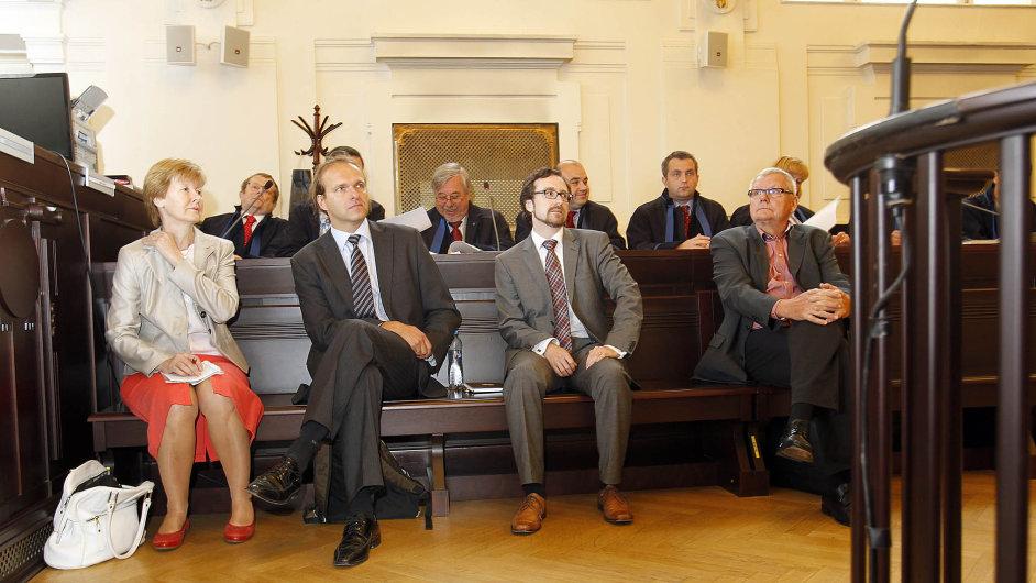 Čekání na rozsudek. K soudu se ve středu dostavili někdejší úředníci (zleva) Jana Hendrichová, Radomír Karlík a David Mlíčko a tehdejší šéf ProMoPro Jaroslav Veselý.