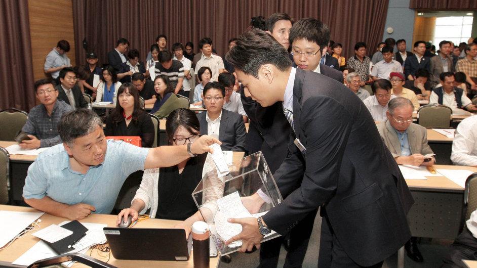 Akcionáři Samsung C&T hlasují na valné hromadě v Soulu.