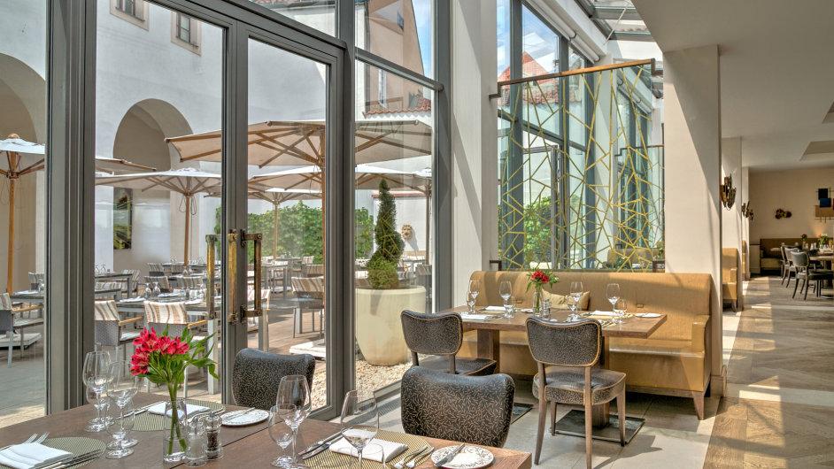Luxusní hotelová restaurace pracuje stop surovinami asoučasně musí být tak trochu rozkročena všemi směry.