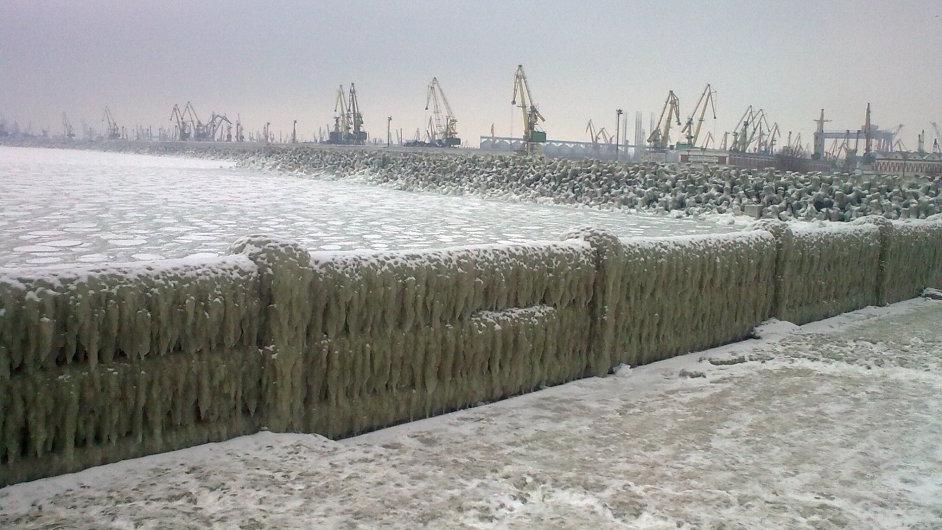 Přístav v Konstanci zamrzl. Silný vítr a sněhové srážky by měly Rumunsko trápit až do pondělí.