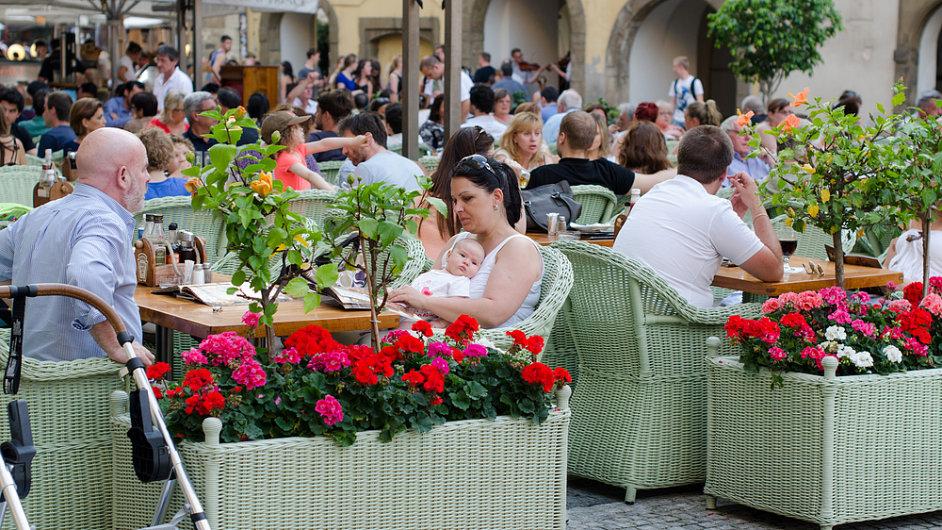 Česká restaurace v Praze, rodina, jídlo, oběd, ilustrační foto