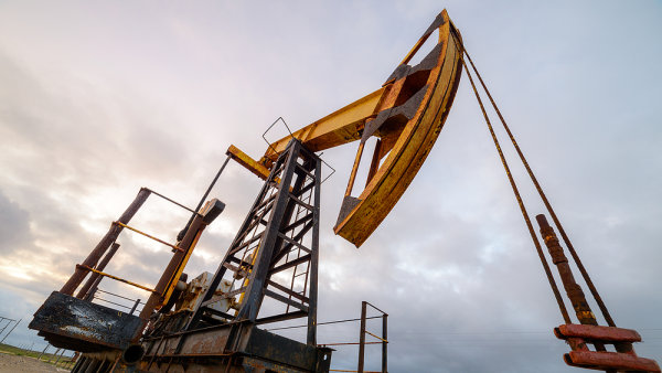 Ceny ropy klesly na 50 dolar�. Z�soby v USA se p�ekvapiv� sn�ily o p�l milionu barel�